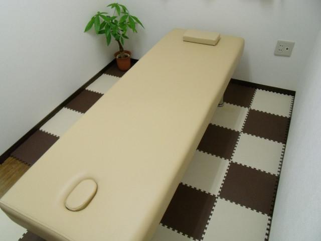 個室で施術します。