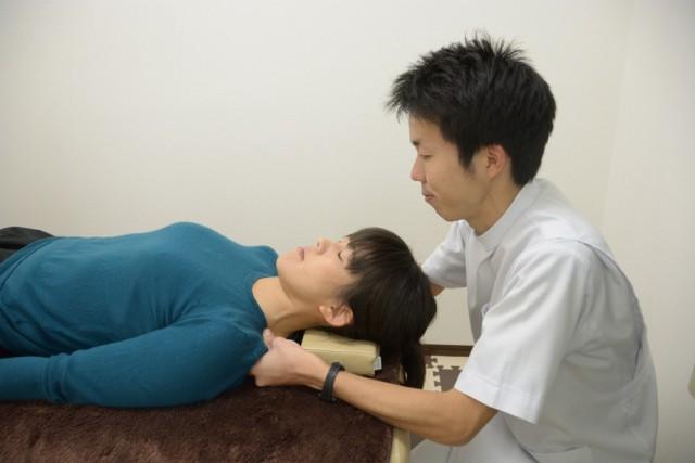 肩まわりを施術します。